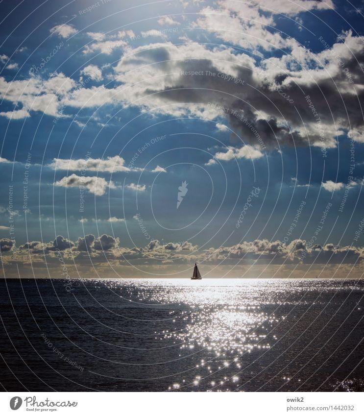 Lonely Segelboot Ferne Freiheit Umwelt Natur Wasser Himmel Wolken Horizont Klima Schönes Wetter Ostsee Bewegung glänzend leuchten elegant hell maritim Erholung