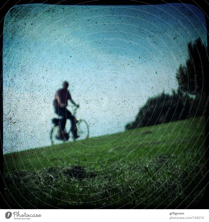 i want to ride my bicycle Mensch Mann Spielen Bewegung Fahrrad Freizeit & Hobby Verkehr fahren Mobilität Fahrradfahren Deich