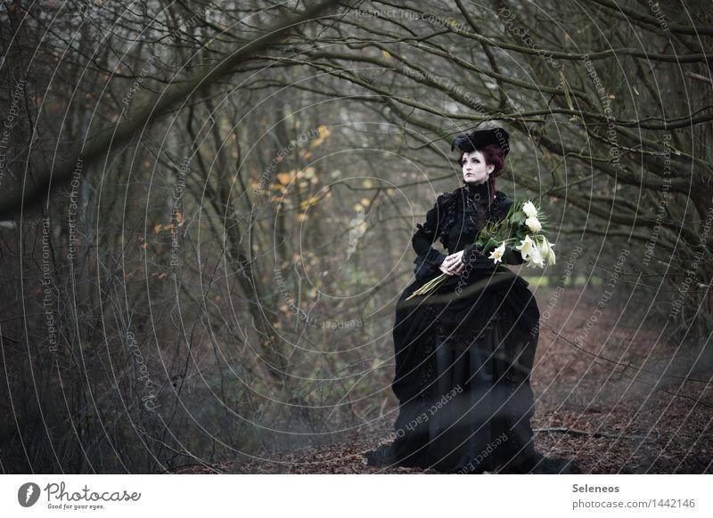 Lilien Mensch feminin Frau Erwachsene 1 Subkultur Umwelt Natur Herbst Winter Park Kleid Hut Traurigkeit Sorge Trauer Schmerz Einsamkeit Verzweiflung Barock