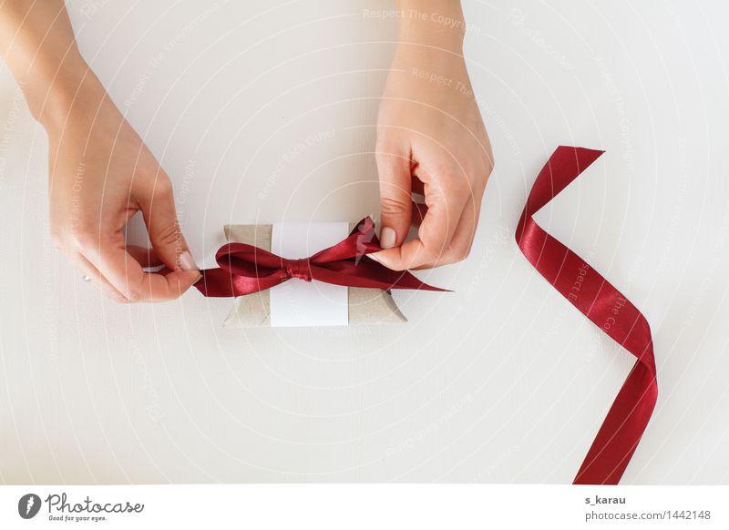 Upgecycelte Geschenkbox Basteln feminin Hand Finger Schnur Knoten Schleife frisch glänzend Billig Vorfreude sparsam Idee Umweltschutz Verpackung einpacken