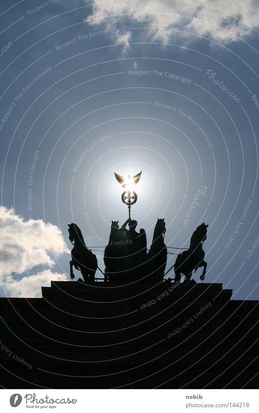sonne über berlin Physik Mittag dunkel schwarz Wolken Licht Lichtpunkt Pferd Kutscher historisch Berlin Brandenburger Tor Sonne Wärme hell blau Himmel