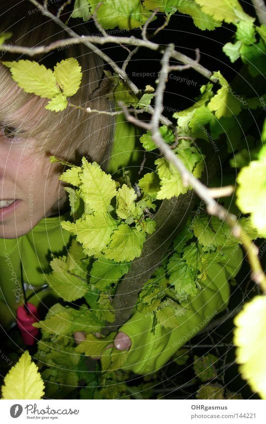 suchbild Jugendliche grün Baum Freude Spielen Gras verstecken