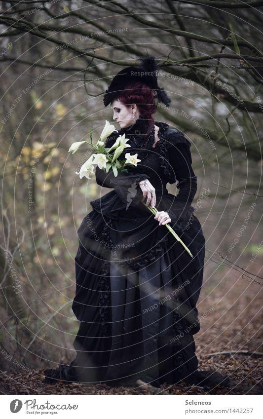 Lilien Mensch feminin Frau Erwachsene 1 Herbst Baum Mode Bekleidung Kleid rothaarig Duft Barock Farbfoto Außenaufnahme Ganzkörperaufnahme