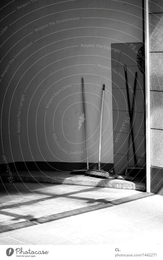besen Mauer Wand Einfahrt Hinterhof Wege & Pfade Besen Besenstiel Sauberkeit Ordnungsliebe Reinlichkeit Pause Schwarzweißfoto Außenaufnahme Menschenleer