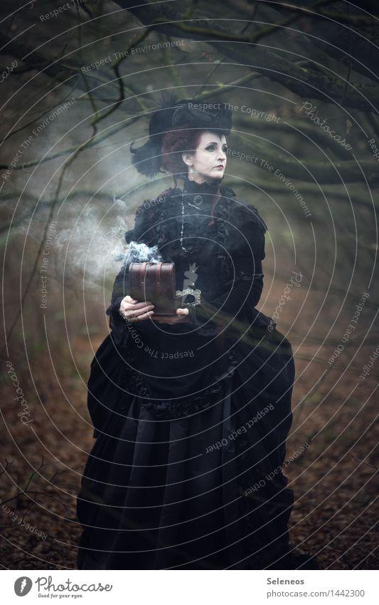 Räucherkiste Mensch Frau Einsamkeit Wald schwarz Erwachsene Traurigkeit Herbst feminin Bekleidung Romantik Trauer Sehnsucht Kleid Hut gruselig