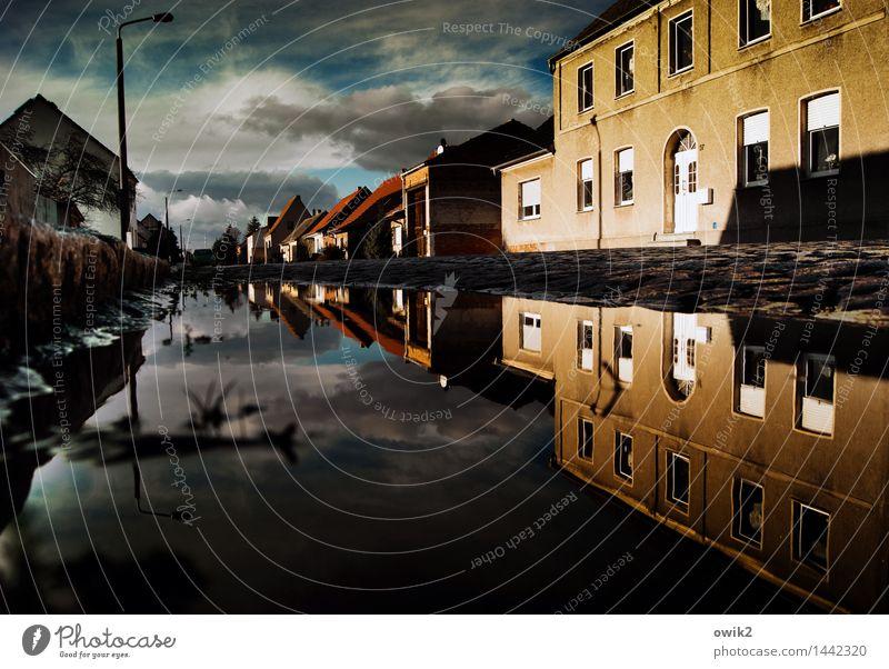 Kleine Welt Himmel Wasser Wolken Haus dunkel Fenster Straße Wand Mauer Deutschland Fassade Horizont leuchten Tür Perspektive Schönes Wetter