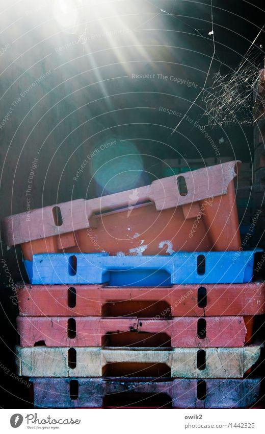 Fischbüchsen Kasten Kiste Stapel aufeinander Zusammensein Kunststoff leuchten hell blau rosa rot ruhig leer 6 Spinnennetz Spinngewebe Blendenfleck Hafen