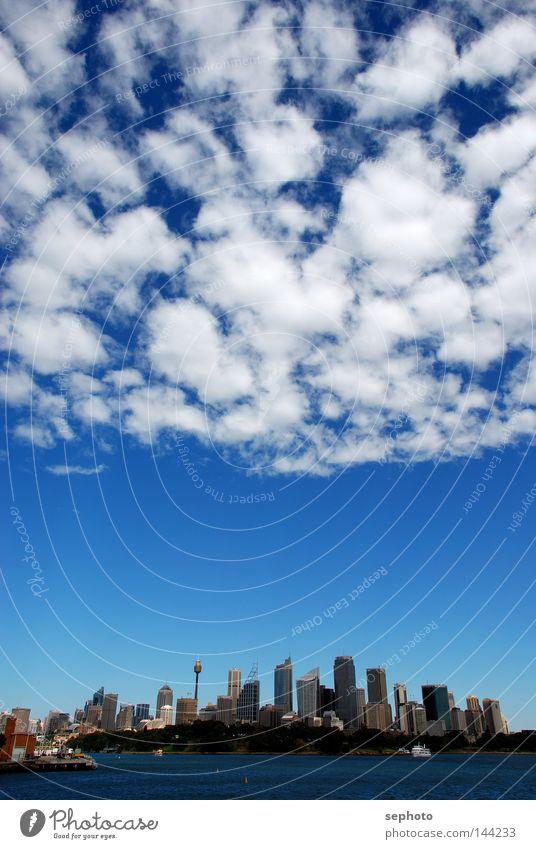 Sydney unter Wolken Himmel blau Stadt weiß Wolken Graffiti Erde Wetter Erde Wind Klima Treppe Hochhaus Luftverkehr Perspektive Elektrizität