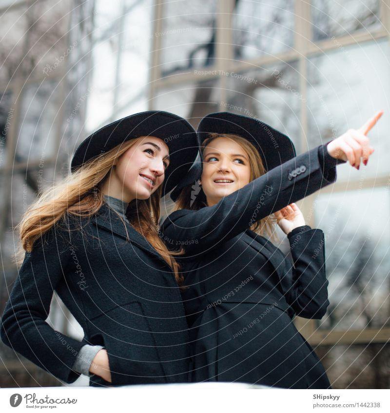 Zwei erwachsene sprechende und lächelnde Mädchen Mensch Frau Jugendliche schön Junge Frau weiß Hand 18-30 Jahre schwarz Gesicht Erwachsene Auge Bewegung Stil
