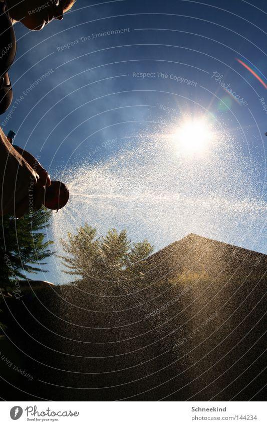 Sonnenguss Sommer Garten Schlauch Gartenschlauch Frau Dame kühlen kalt Physik heiß Schatten Bikini Bauch Beine Hand Nieselregen Wasser Trinkwasser Pause
