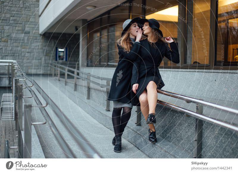 Zwei erwachsene sprechende und lächelnde Mädchen Mensch Frau Jugendliche schön Junge Frau Hand 18-30 Jahre Erwachsene Leben Bewegung Stil lachen Beine Denken