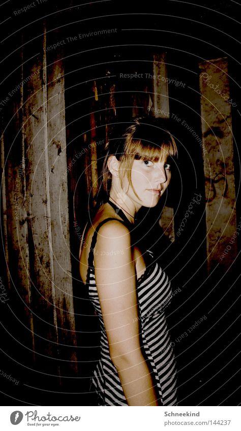 Abgestellt Frau Dame Gesicht Hütte Oberkörper schwarz weiß Streifen gestreift Holz Holzhütte Italien Pony Schatten kaputt Zerstörung Zusammenbruch Sturz