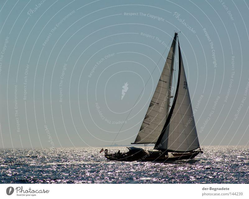 Segeln Wasser Himmel Meer blau Sommer Ferien & Urlaub & Reisen ruhig Einsamkeit Sport Erholung Spielen Freiheit See Wasserfahrzeug Wellen glänzend