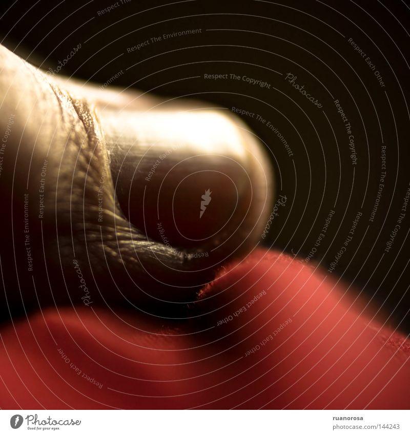 rot Haut Finger berühren Fingernagel Nagel Tuch Tastsinn Putztuch