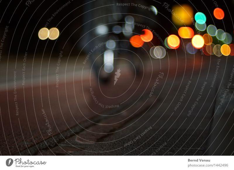 Studentenbewegung Mensch 1 Verkehr Verkehrsmittel Verkehrswege Fahrradfahren Straße dunkel schön mehrfarbig Ecke Wegrand Asphalt Straßenbeleuchtung Chrom