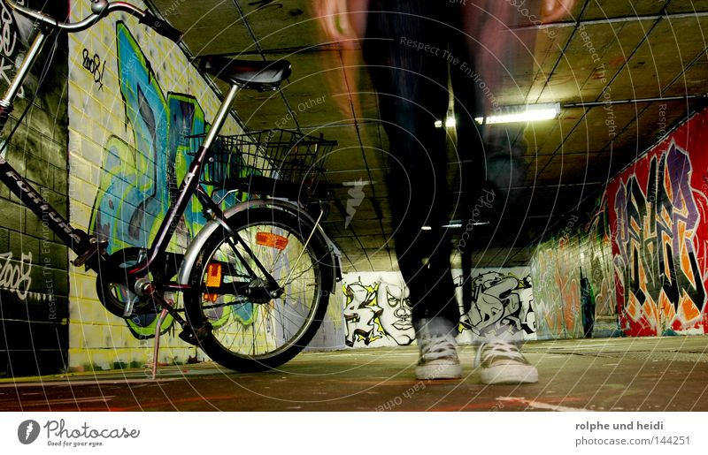 HeidiBike Bewegung Fuß Schuhe Graffiti Fahrrad gehen laufen Chucks Durchgang Unterführung Klapprad