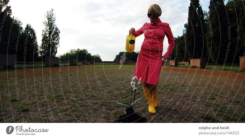KannenHeidi Frau Blume gelb Garten blond rosa Platz Sonnenbrille Kies Orchidee gießen Kostüm Gummistiefel Gießkanne Bekleidung