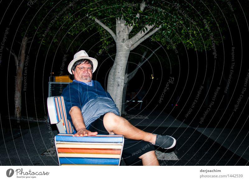 Ich bin sauer, Älterer Mann mit Hut und Brille sitzt Abends auf einer bunten Bank,, Freude Leben Freizeit & Hobby Ausflug Sommer Feste & Feiern Arbeitslosigkeit