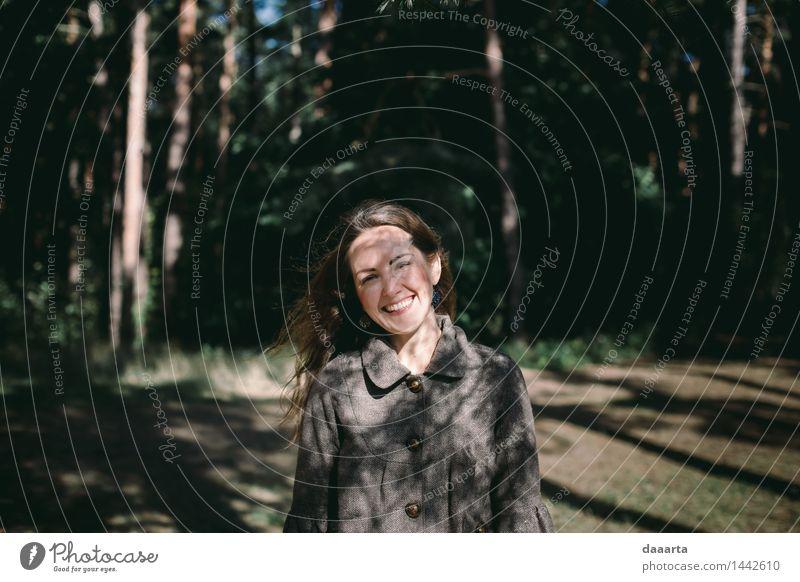 lächelndes Schattenmädchen Natur Jugendliche Sommer Junge Frau Baum Erholung Freude Wald Leben Gefühle feminin Stil Lifestyle Garten Freiheit Stimmung