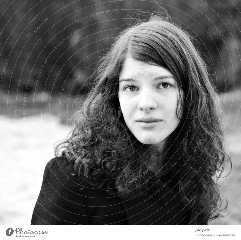 Traurig .. ? Jugendliche weiß Winter schwarz Auge kalt Herbst Haare & Frisuren Traurigkeit Denken Wind Trauer Verzweiflung Mantel Schüchternheit Schwarzweißfoto