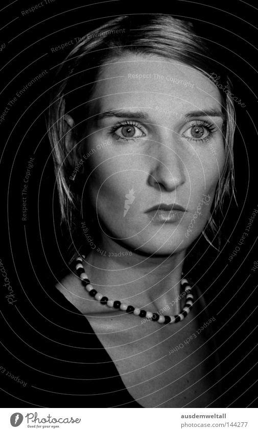 Fokus feminin Porträt bewegungslos intensiv untergehen Frau Schwarzweißfoto Konzentration fraqu self Gesicht Nase Auge Mund Kette Blick