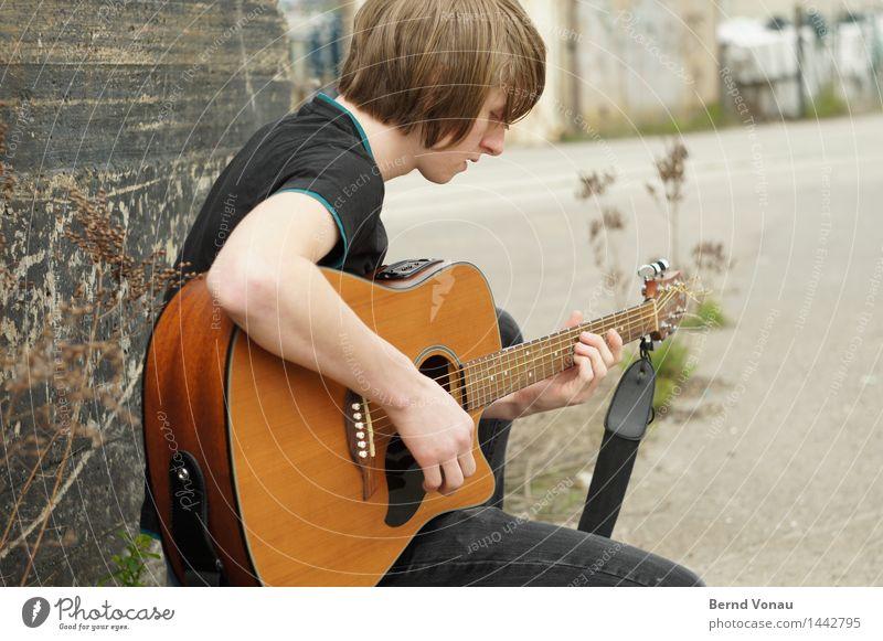 Junger Mann mit Gitarre Mensch maskulin Jugendliche 1 18-30 Jahre Erwachsene Gefühle Stimmung Musik musizieren singen sitzen Holz akustisch Jugendkultur Pflanze