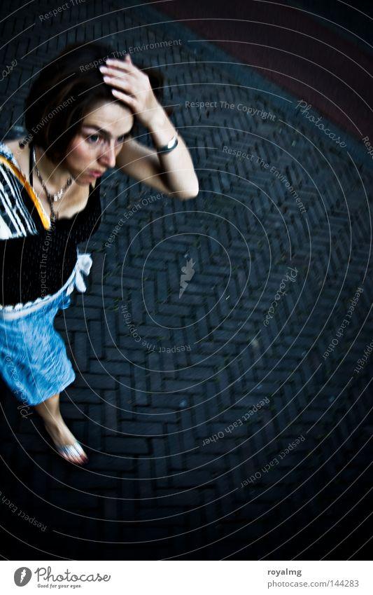 Gehetzt Frau blau schwarz Straße Angst laufen Jagd Bürgersteig Stress Panik Problematik matt