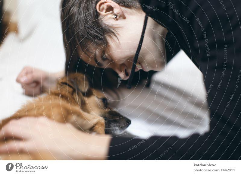 cute Mensch Hund ruhig Freude feminin Spielen Glück Zusammensein träumen liegen Zufriedenheit Freizeit & Hobby Fröhlichkeit Kommunizieren genießen Lächeln