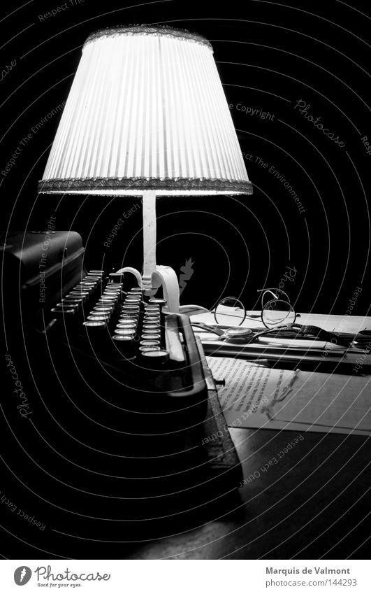Nachtschicht alt ruhig Einsamkeit dunkel Stimmung Lampe Arbeit & Erwerbstätigkeit Suche retro Brille Information schreiben Medien Schreibtisch Schriftstück