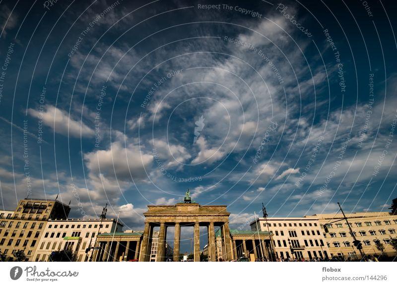 Yes it's Berlin! Himmel blau Stadt Ferien & Urlaub & Reisen Wolken Mauer Kunst Deutschland Ausflug Tourismus Weitwinkel Tor Denkmal Wahrzeichen