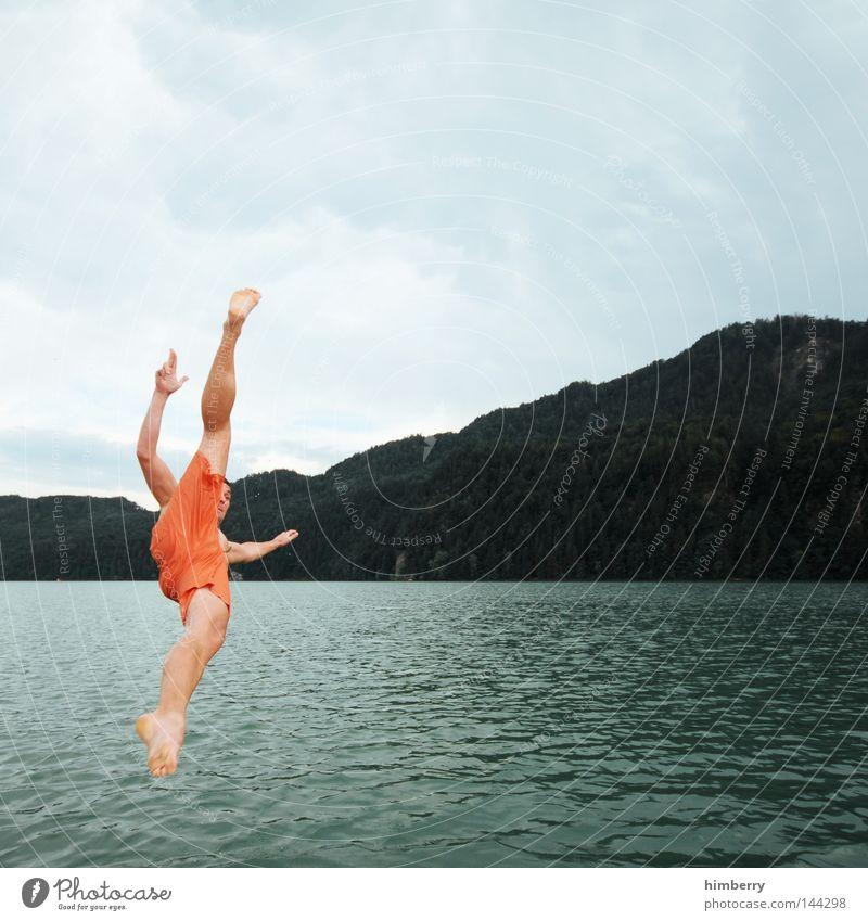 kick off veranstaltung Himmel Mann Jugendliche Hand Ferien & Urlaub & Reisen Sommer Erholung kalt Berge u. Gebirge Spielen springen See Deutschland Wetter Schwimmen & Baden Freizeit & Hobby