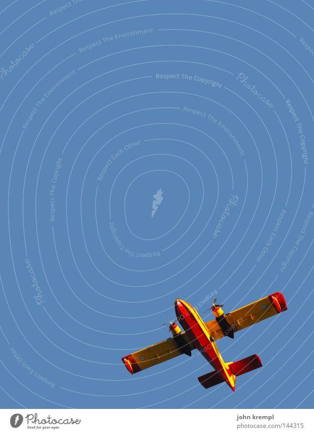 komischer vogel Himmel blau rot gelb Flugzeug fliegen Luftverkehr Tragfläche Flughafen aufwärts diagonal Propeller