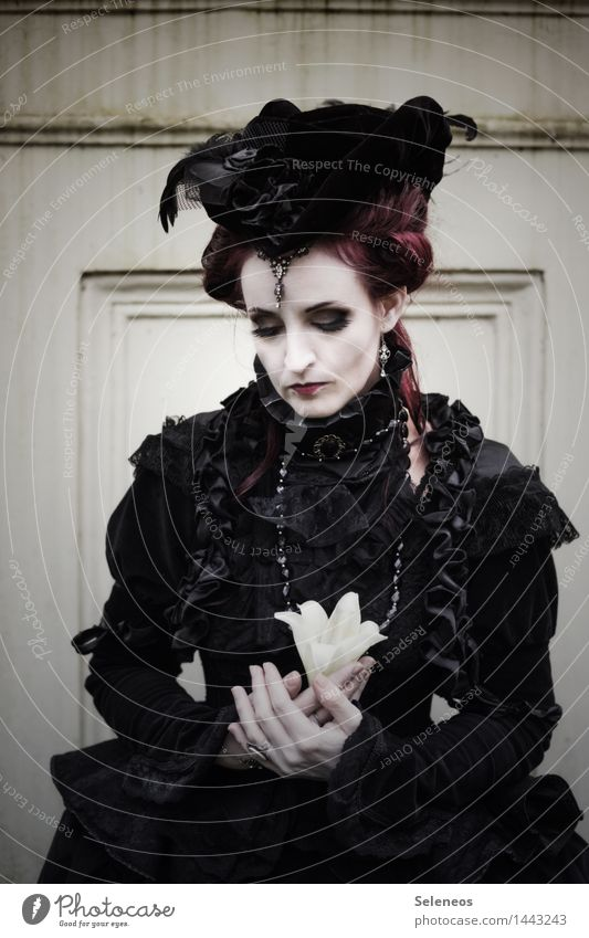 . Mensch Frau Einsamkeit dunkel Erwachsene Traurigkeit Blüte Gefühle feminin Bekleidung Trauer Hut Schmuck Kosmetik Verzweiflung Sorge