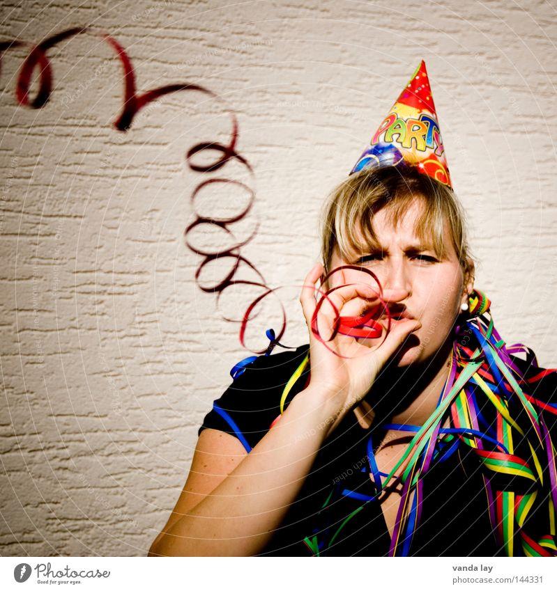 ...von hinten an die Schultern... Frau Freude Leben Party Musik Feste & Feiern blond Jubiläum Geburtstag Silvester u. Neujahr gut Karneval Hut blasen Laune