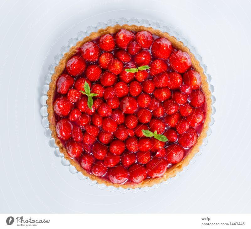 Erdbeerkuchen mit Minze weiß isoliert Kuchen Dessert Essen Erdbeeren Backwaren klassisch Tortenguss Biskuit Freisteller Vogelperspektive Hintergrund neutral