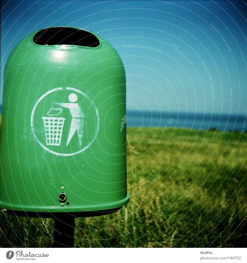 ab in die Tonne Müllbehälter grün Fass wegwerfen Stock Horizont Lomografie Grüne Tonne entsorgen Umweltschutz obskur Hinweisschild Heulsusenfred dreckig