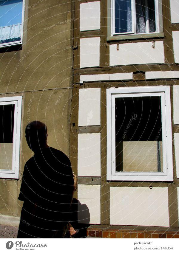 Teterow 96 Mensch Mann alt ruhig Haus Fenster Erwachsene Wand Wege & Pfade gehen braun Stimmung Glas retro Gelassenheit Tradition
