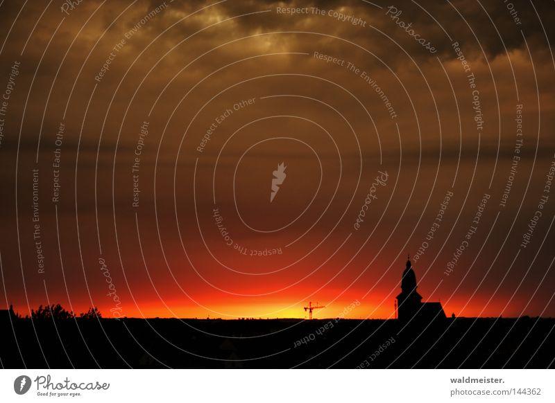 Kleinstadt am Abend Abenddämmerung Beleuchtung Silhouette Kirche Kirchturm Kran Baukran Himmel Wolken historisch Stadt Waren (Müritz)