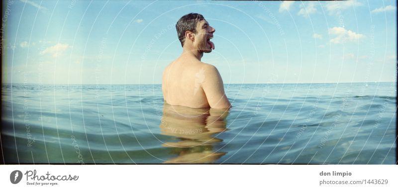 salt lick Mensch Himmel Jugendliche blau nackt Sommer Meer Erholung Junger Mann ruhig Ferne kalt Erwachsene natürlich Schwimmen & Baden maskulin