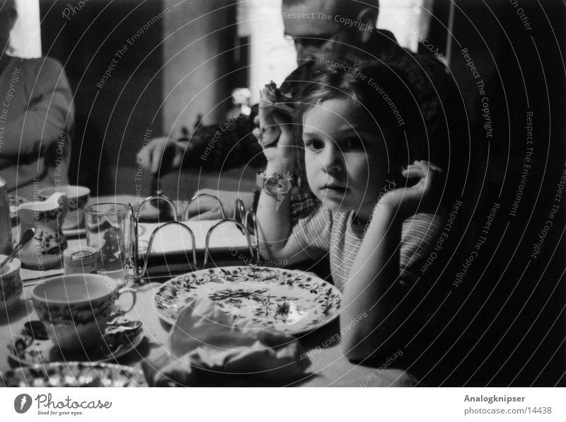 Träumer Kind Mädchen Vater Porträt Ernährung Schwarzweißfoto halbdunkel Tiefenunschärfe