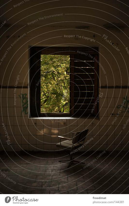 fenestra Stuhl Fenster grün Fliesen u. Kacheln vergilbt alt Einsamkeit leer Putz Verfall Deutschland Licht Mörtel Decke Baustelle verfallen kaputt gefährlich