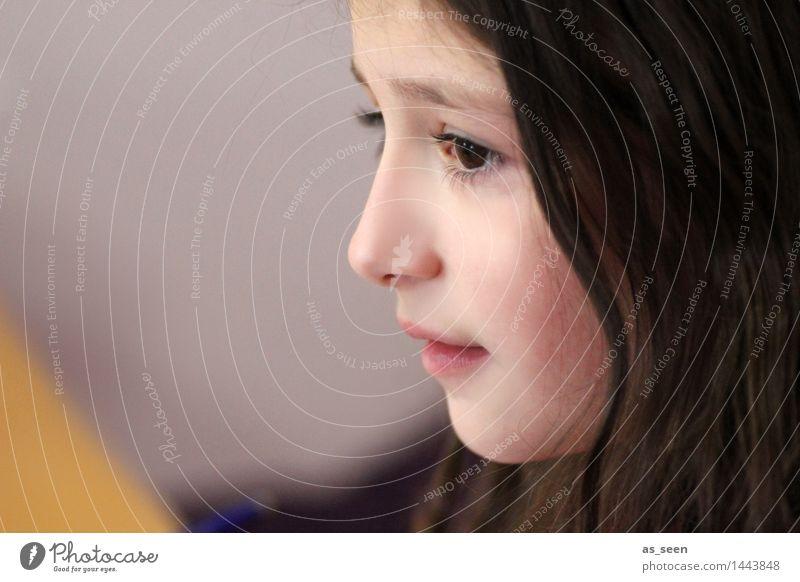 . Kind schön Mädchen Gesicht gelb Leben Gefühle sprechen natürlich Kopf braun rosa nachdenklich authentisch Kindheit ästhetisch