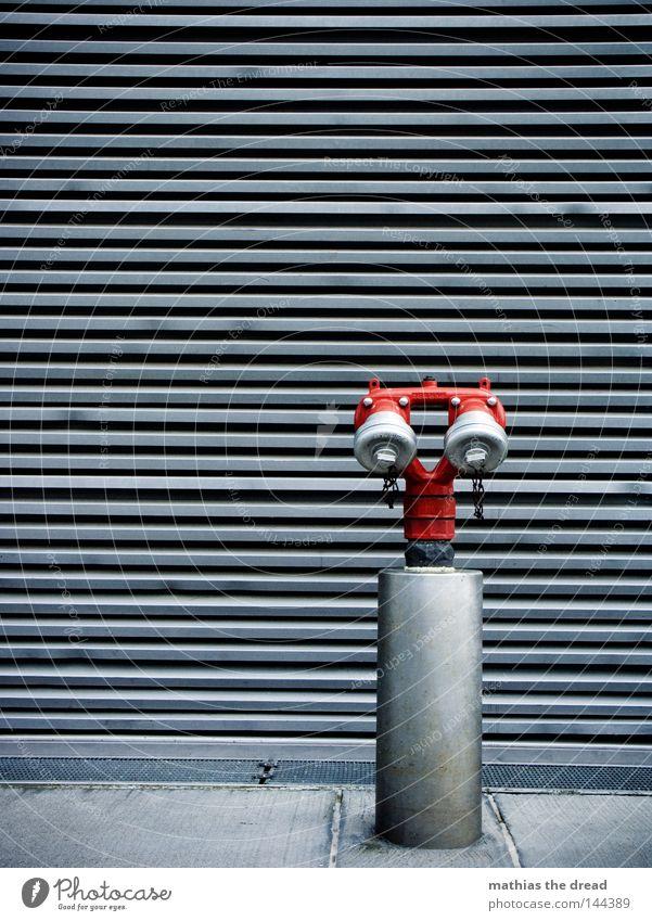 WASSERENTNAHME Wasser Hydrant Brand löschen rot Anschluss Lamelle Holz Metall kalt trist Ödland Am Rand Ecke Bordsteinkante Asphalt Pore hart unfreundlich