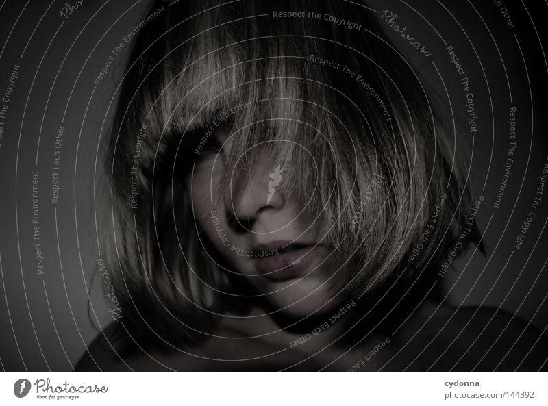 Who you are? Frau Mensch alt Gesicht Einsamkeit Leben dunkel feminin Gefühle Haare & Frisuren Kopf Traurigkeit Stimmung leer neu Vertrauen