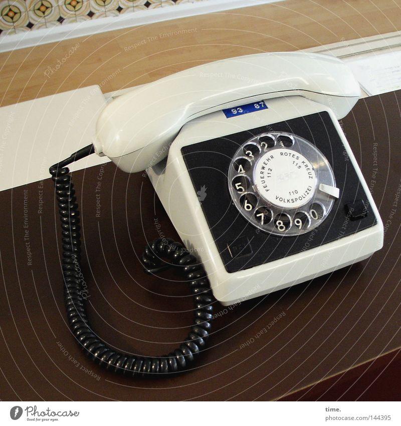 Völkerverständigungsvorrichtung alt Stil braun Design Telefon Tisch retro Kabel Ziffern & Zahlen analog historisch DDR altmodisch Telefonhörer Zifferblatt