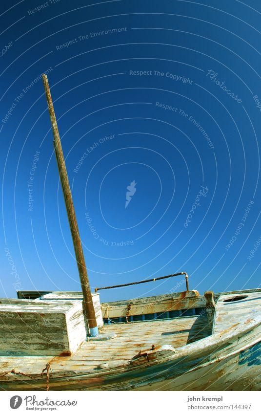 abgewrackt Himmel blau Sommer Strand Wasserfahrzeug Küste Vergänglichkeit Verfall Schifffahrt brechen Griechenland Segelboot Mast verrotten Schiffswrack Schiffbruch