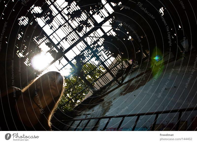 roofless Frau Mensch alt grün Sonne Einsamkeit gelb dunkel Gebäude Deutschland blond dreckig glänzend gefährlich kaputt retro