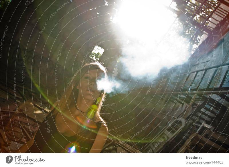 aerosol Frau blond Rauch Abgas Rauchen blasen Wolken Nebel langhaarig Zigarette Dach Dachziegel Halle Verfall Backstein grün dunkel Schatten