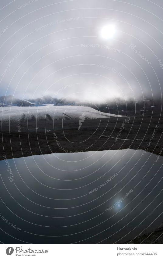 Two suns Arktis Ausflug Spitzbergen Himmel grau schlechtes Wetter Wolken tief Sonne Mitternachtssonne 2 Reflexion & Spiegelung Wasser kalt Gebirgssee See