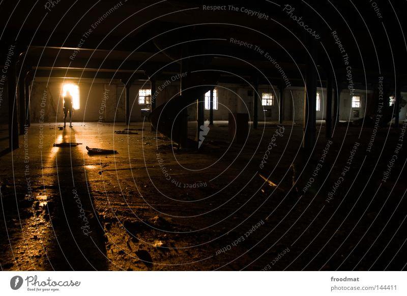 schattenwerfer Mensch alt Einsamkeit Haus dunkel Fenster Wand Traurigkeit Beleuchtung Tod Stein Deutschland glänzend dreckig gold verrückt